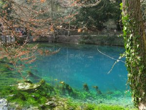 Das epische Blaue Wasser des Blautopfes