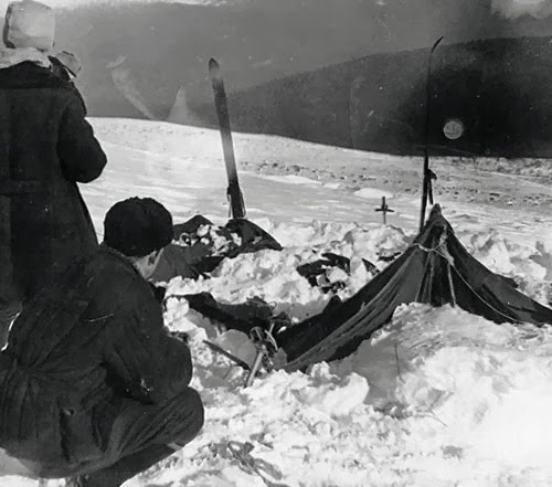 Ein Zelt der Wandergruppe nach dem Auffinden am Djatlow-Pass