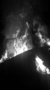 Ein Scheiterhaufen beim Brennen