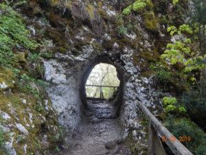 Der künstlich Angelegte Durchgang nach der Teufelsbrücke