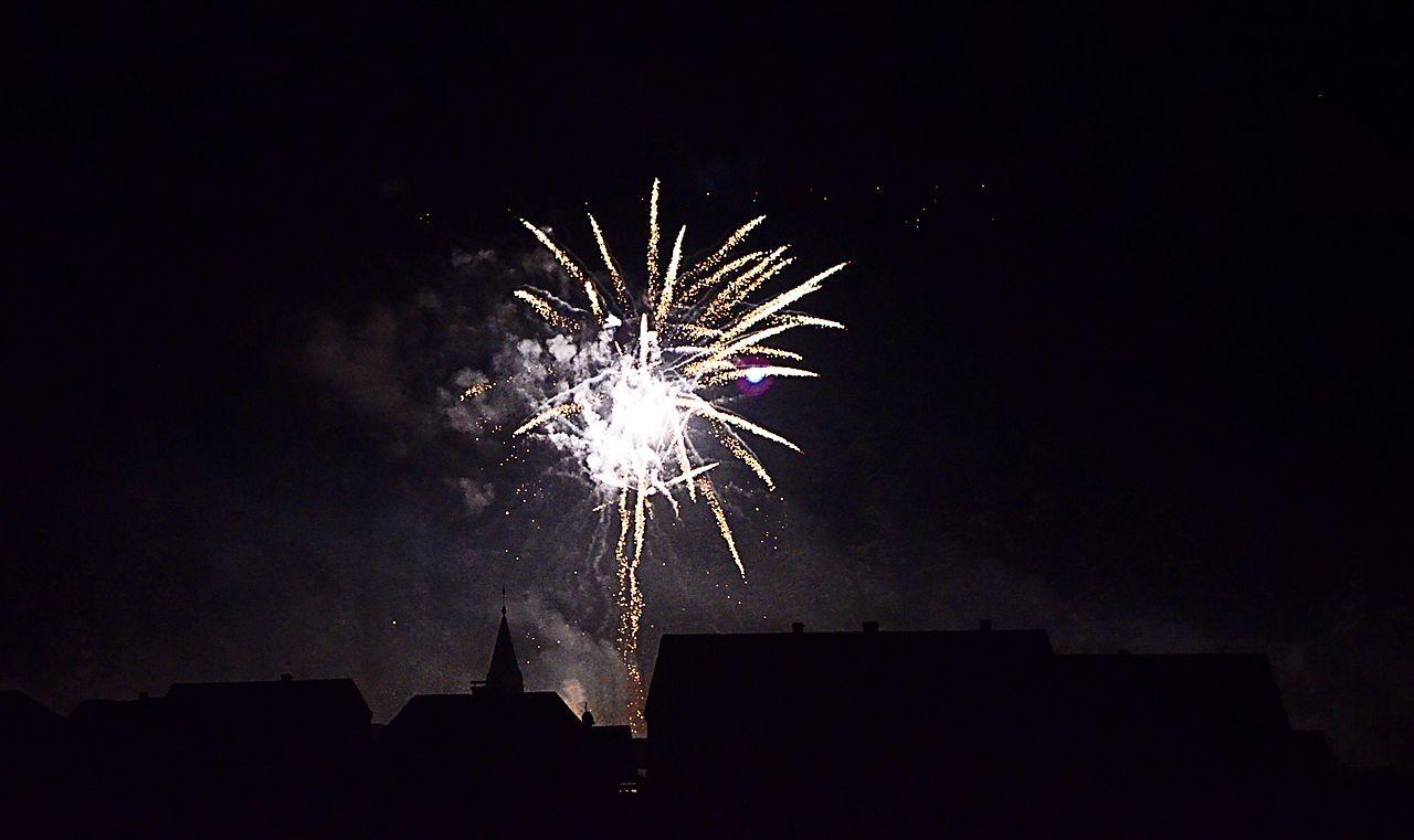 Ein Feuerwerk am Himmel